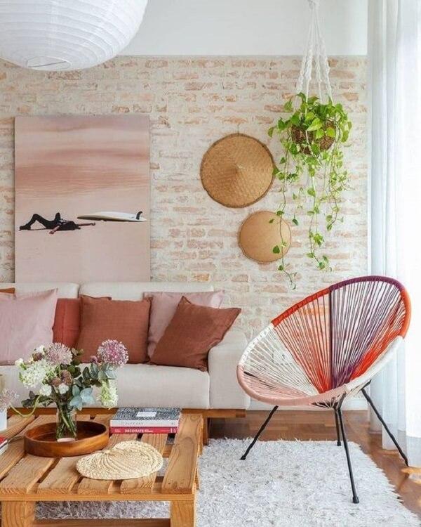 As tramas coloridas da cadeira de corda traz descontração para a decoração da sala
