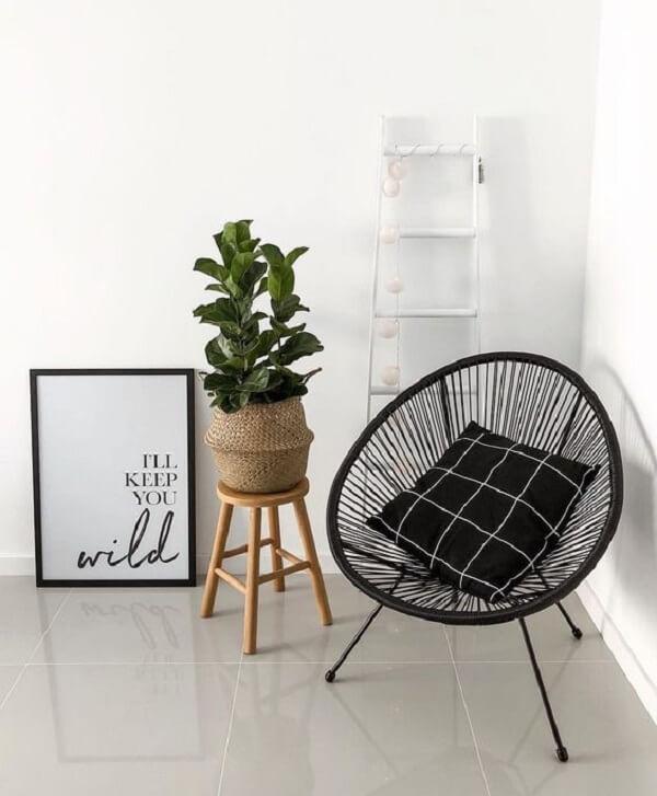 Cadeira de corda com tramas em tom preto
