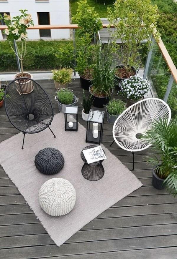 Cadeira de corda varanda e lanternas decoram o espaço