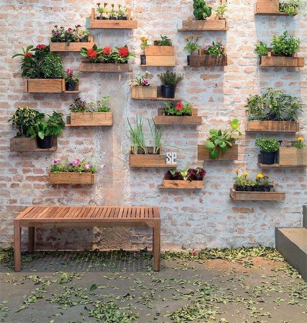 Caixas de madeira viram criativas floreiras de parede