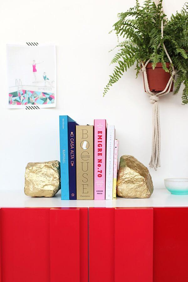 Como fazer aparador de livros com pedras pintadas