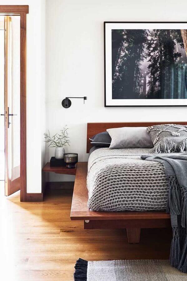 Decoração com cama baixa e quadros para quarto masculino Foto Houzz