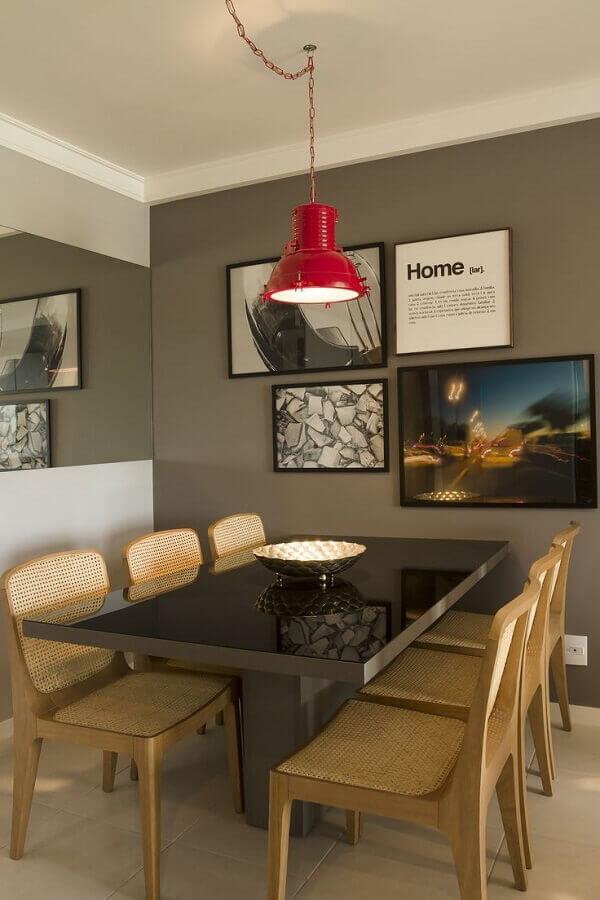 Decoração com quadro para sala de jantar com parede espelhada e luminária vermelha Foto Muito Chique