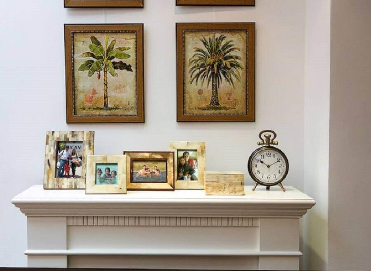 Decoração com relógio antigo e moldura para fotos de madeira Foto Conexão Decor
