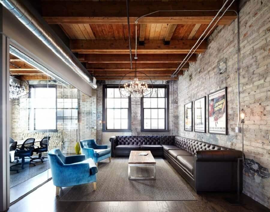 Decoração de escritório com poltronas azuis e mesa de centro industrial Foto Lisa Petrole