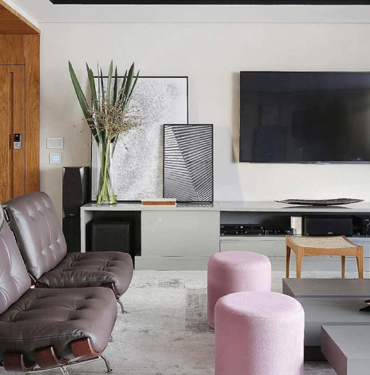 Decoração moderna com quadros decorativos para sala apoiados na rack Foto Apartment Therapy