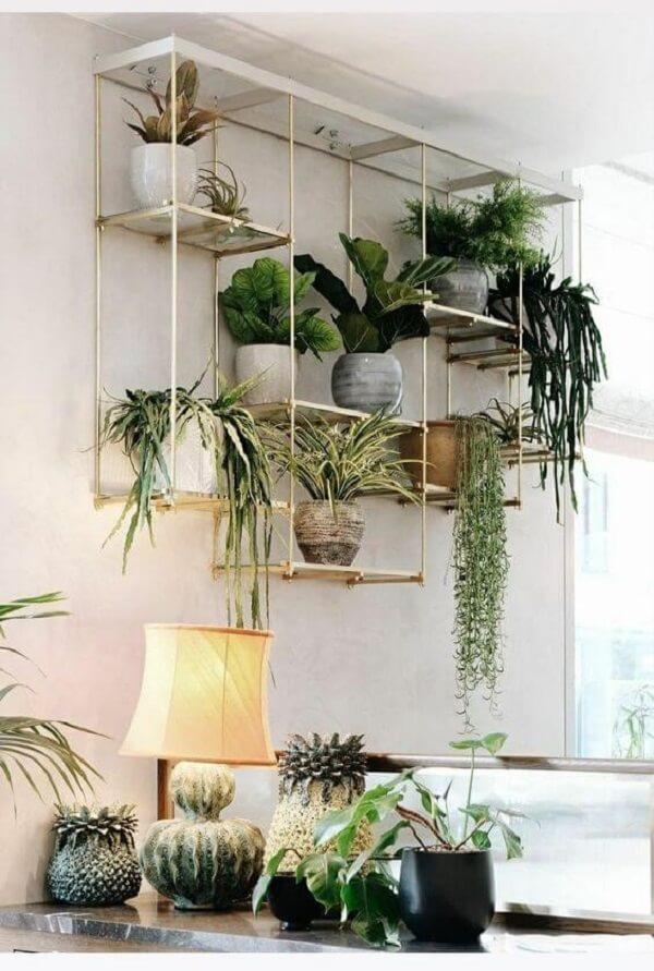 Decore a sala com uma linda floreira de ferro de parede