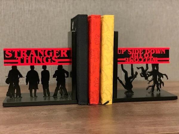 Decore seu ambiente com o aparador de livros da série Stranger Things