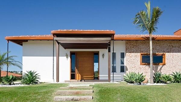 Diferentes tipos de madeiras para construção podem fazer parte da estrutura de portas e janelas