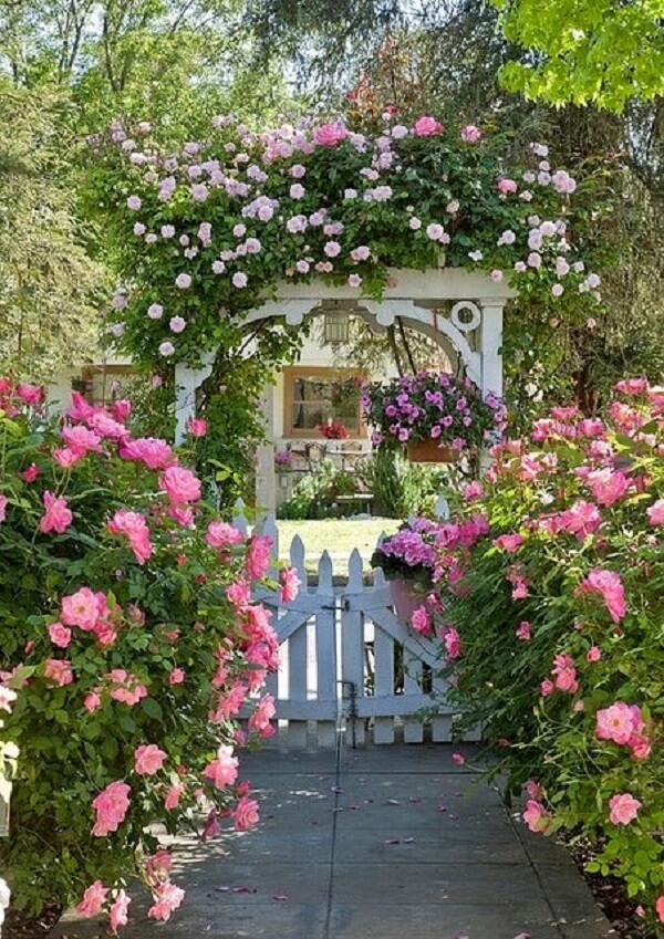 Entrada delicada e charmosa feita com rosas trepadeiras