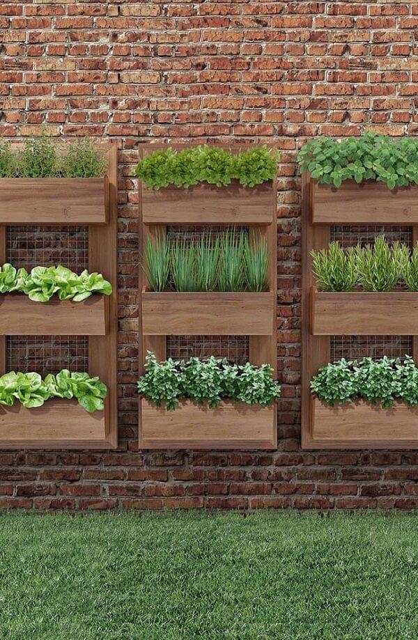 Ervas e temperos são ótimas opções para cultivo em floreira vertical de parede