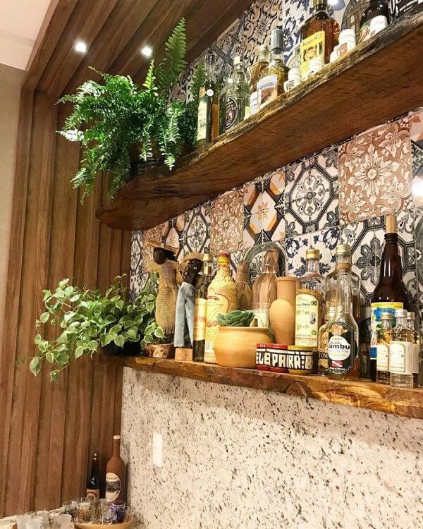 Estantes de madeira para a área gourmet rústica simples