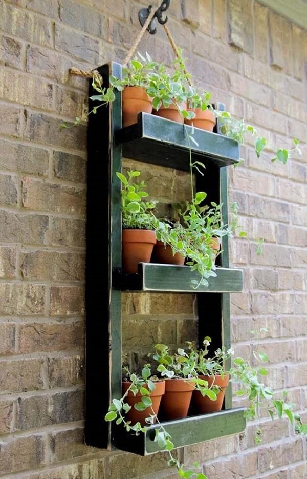 Floreira de parede simples com poucas plantas