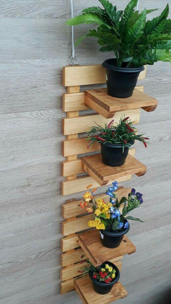 Floreira de parede de madeira com estrutura vertical