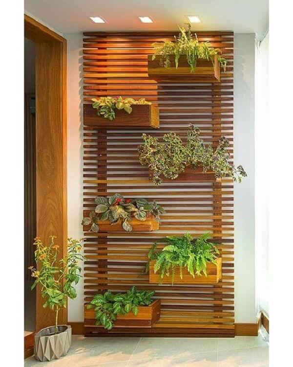 Floreira de parede vertical feita de madeira