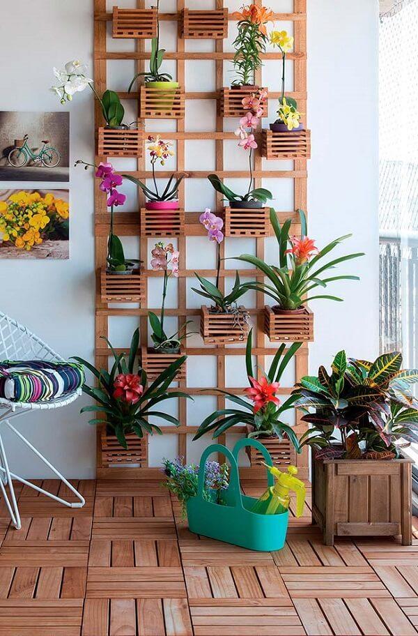 Floreira vertical de parede com bromélias e orquídeas