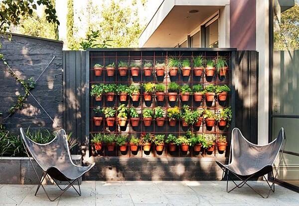 Florira de parede feita com tela aramada serve de apoio para os vasos com ervas e temperos