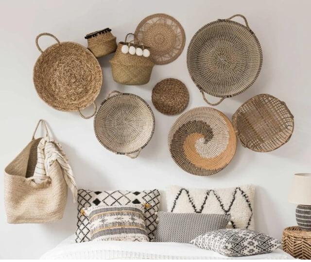 Os objetos de vime e palha pendurados na parede complementam com estilo a decoração marroquina