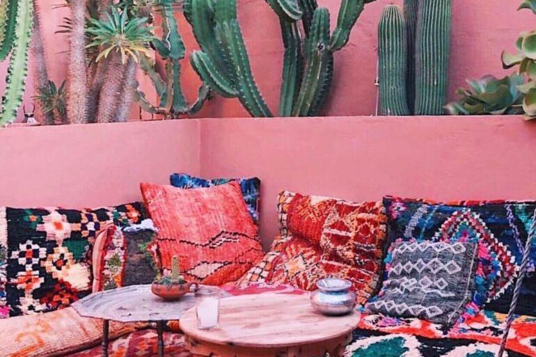 Grafismos, abstrações e motivos floridos se destacam nos tapetes e almofadas da decoração marroquina