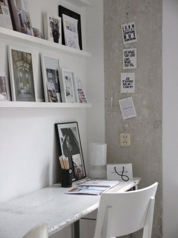 Home office simples decorado com prateleira para quadros Foto Pinterest