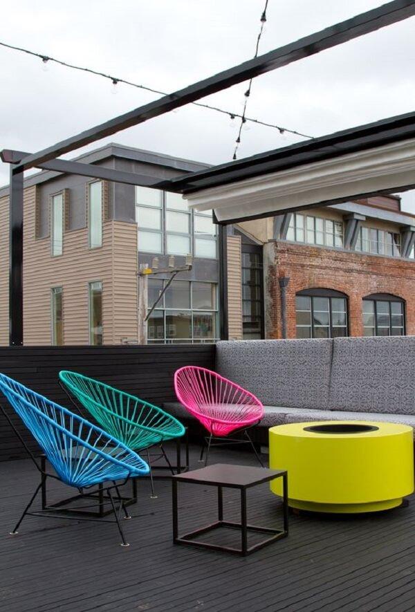 Inove na decoração do terraço com cadeiras de corda coloridas