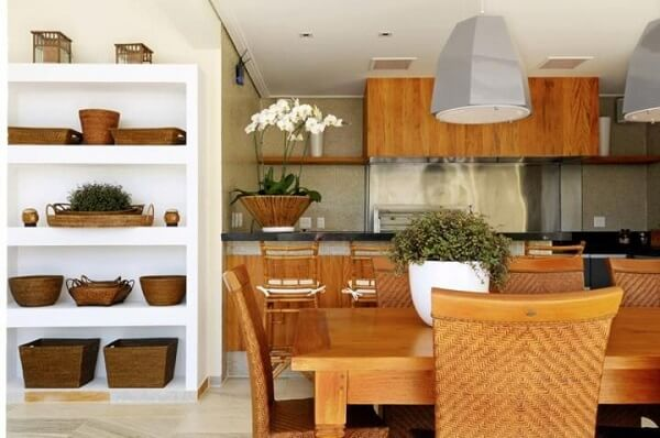Invista em móveis e utensílios de madeira