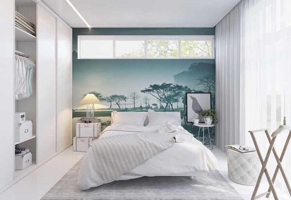 Janelas altas para reforçar a iluminação sobre a cama de viúva