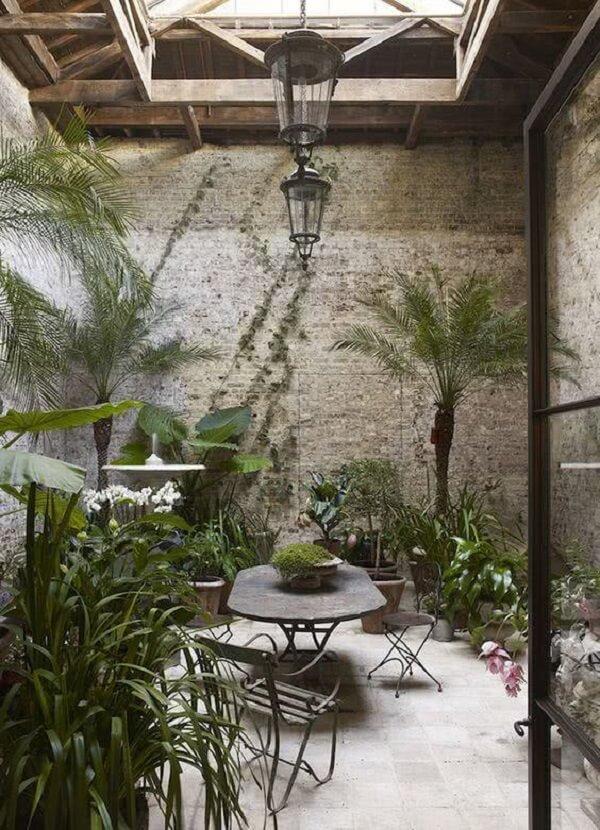 Jardim de inverno no quarto com mesa disposta no centro