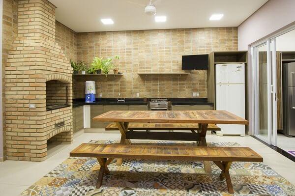Ladrilhos no piso decoram a área gourmet rústica