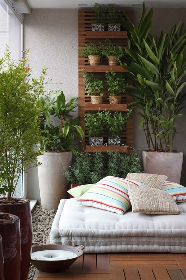 Lavandas, manjericão e alecrim cultivados na floreira de parede vertical trazem beleza e perfume para o ambiente