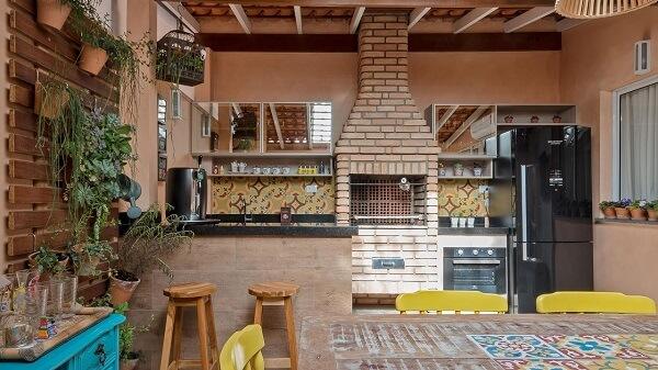 Mesa com ladrilho colorido para a área gourmet rústica