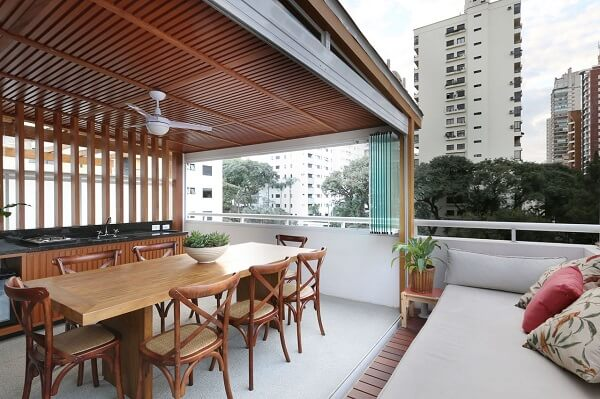 Mesa de madeira e pergolado para a área gourmet rústica moderna