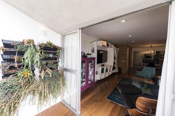 Mescle diferentes plantas na floreira de parede externa