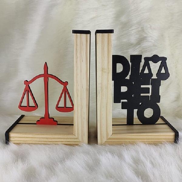 Modelo de aparador de livros para estante de profissionais da área da Direito