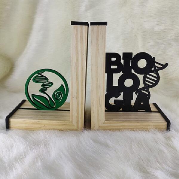 Modelo de aparador de livros para estante de profissionais da área de Biologia