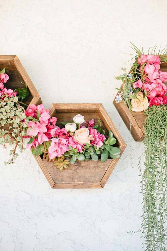 Modelo de floreira rústica de parede feita com pallets