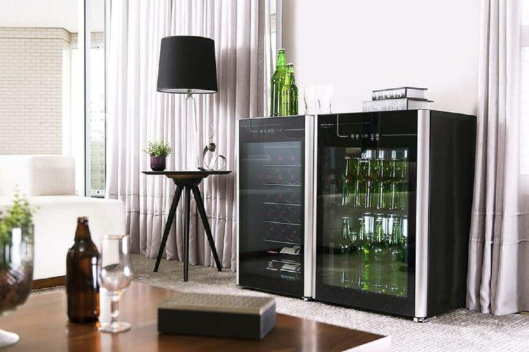 Modelo de frigobar preto com porta de vidro