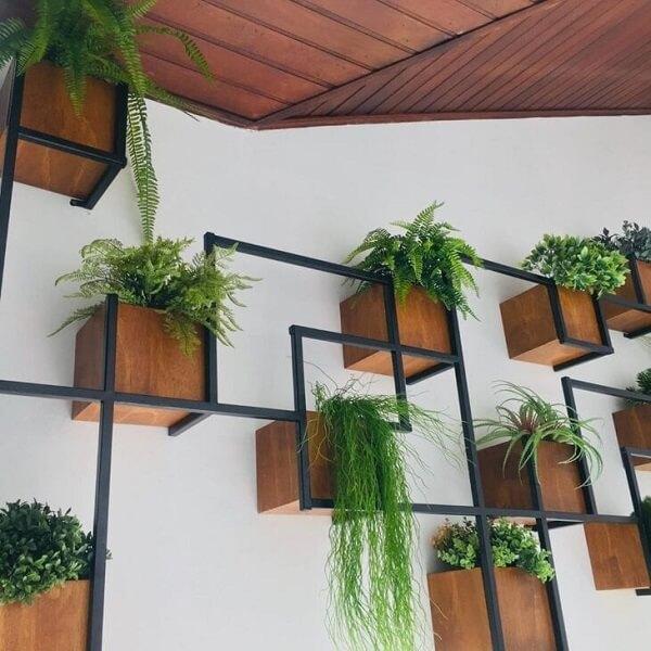 Modelo imponente de floreira de parede de ferro