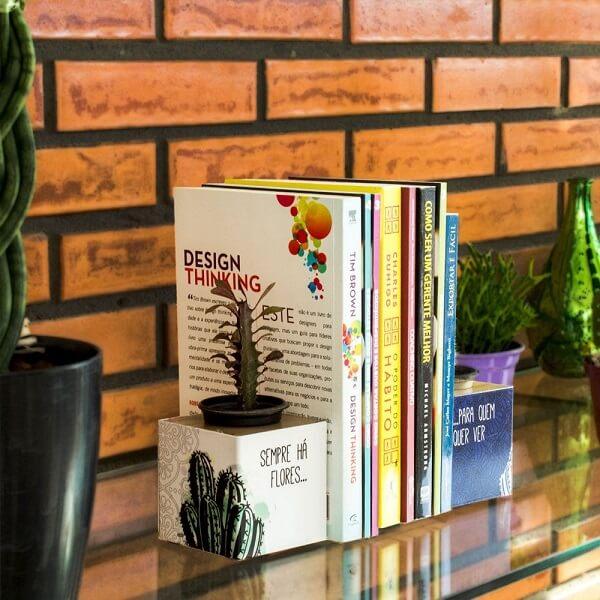 O aparador de livros para sala com vaso permite que você cultive suculentas e cactos