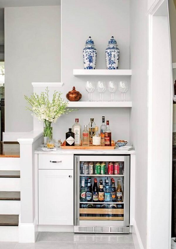 O frigobar inox com porta de vidro vou instalado ao lado da escada