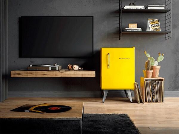 O frigobar retrô amarelo traz alegria para o ambiente
