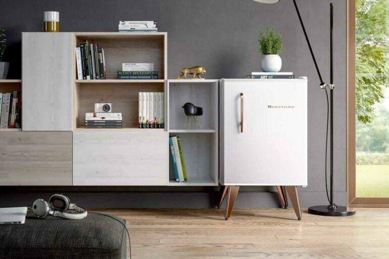 O frigobar retrô branco se harmoniza com a decoração do ambiente