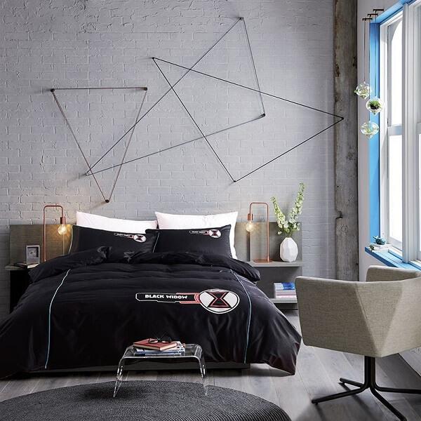 O jogo de cama de viúva em tom preto traz sofisticação ao dormitório
