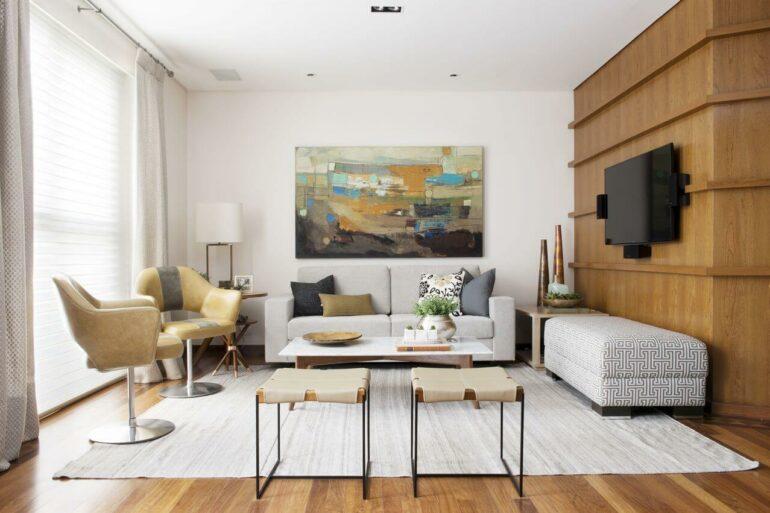 O quadro abstrato para sala de TV traz descontração ao ambiente