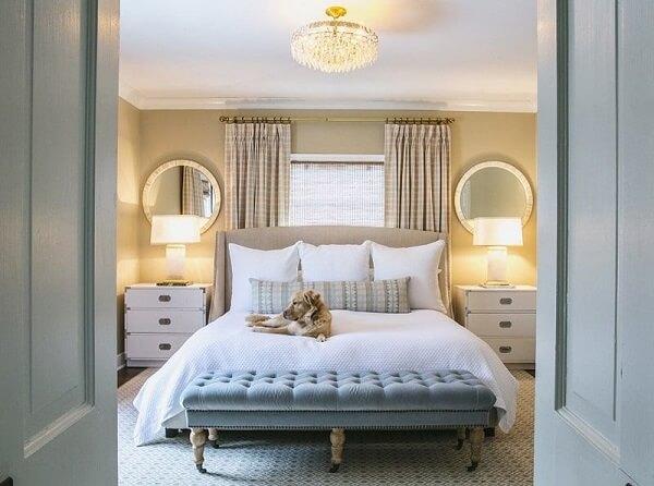 O recamier em frente a cama de viúva serve de assento e apoio para objetos e acessórios
