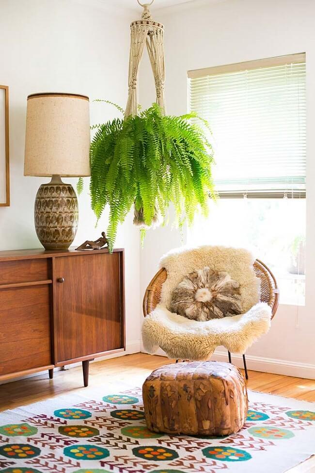 O vaso de planta suspenso além de decorar, equilibra a temperatura do ambiente