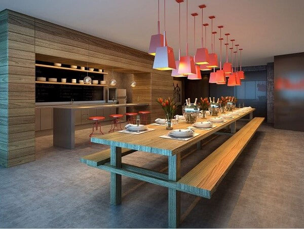 Para quem possui muito espaço, as mesas extensas são ótimas para a área gourmet rústica