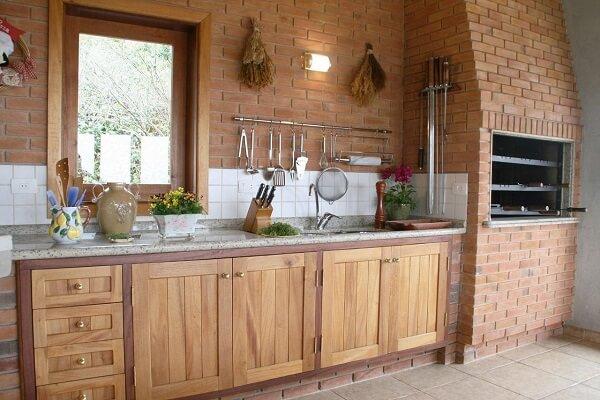 Parede de tijolinho aparente decora a área gourmet rústica