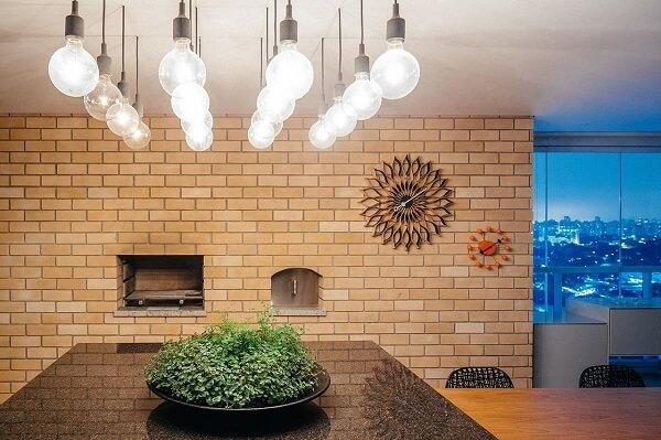 Parede de tijolinho na churrasqueira traz estilo para a área gourmet rústica