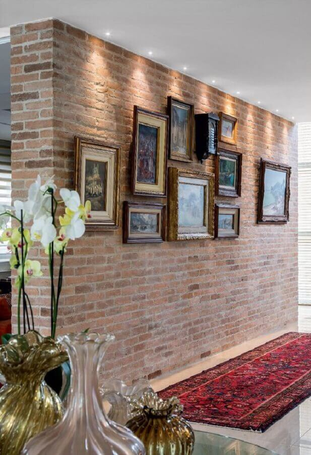 Parede rústica decorada com moldura de quadros antigos Foto Pinterest